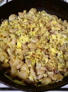 Омлет с фасолью на сковороде