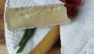 Мягкий сыр камамбер с плесенью